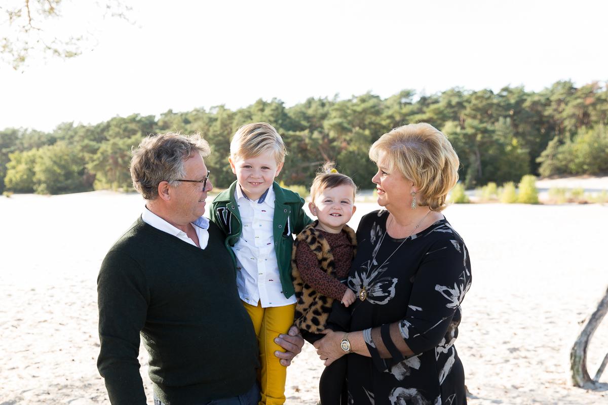 Fotosessie door Dasja Dijkstra van Das Knuss op de duinen in Soest Okergeel Groen Panterprint prachtige gezinsfotos_02