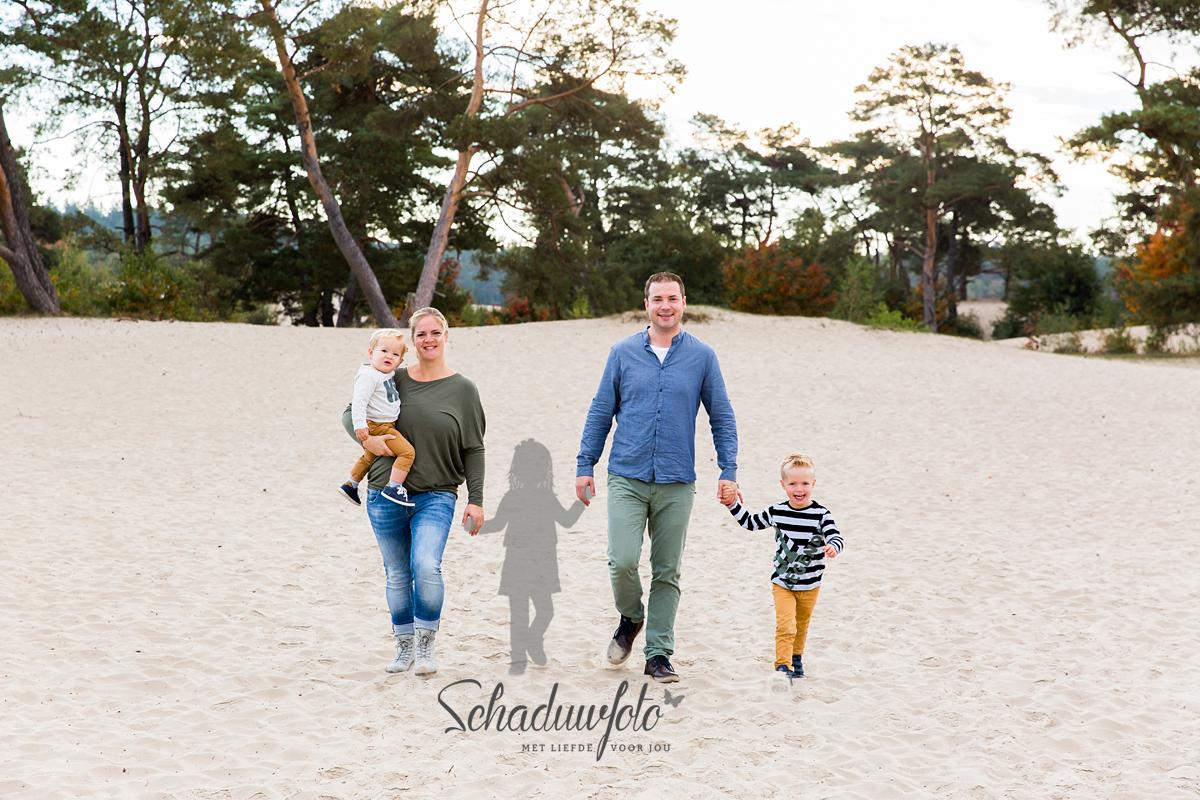 Fotosessie gezin met schaduw van hun dochter en grote zus door Dasja Dijkstra van Das' Knuss Fotografie