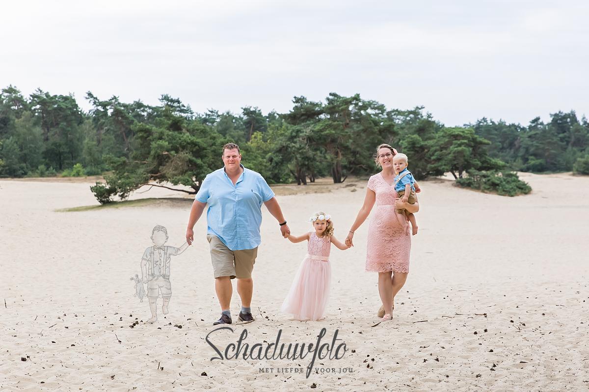 schaduwfoto in samenwerking met Das knuss Fotografie Schaduwfotografie hand in hand met papa en mama overleden zoontje schaduwzoon