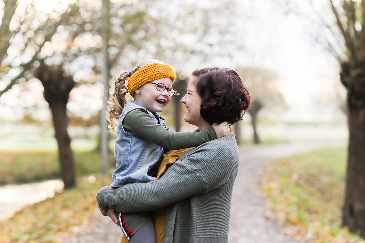 Fotosessie door Dasja Dijkstra van Das Knuss Waarder moeder en dochter samen op de foto liefde in beeld elk kind doet er toe