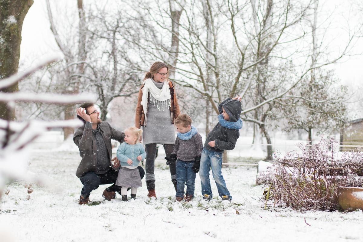 fotosessie met gezin in de sneeuw
