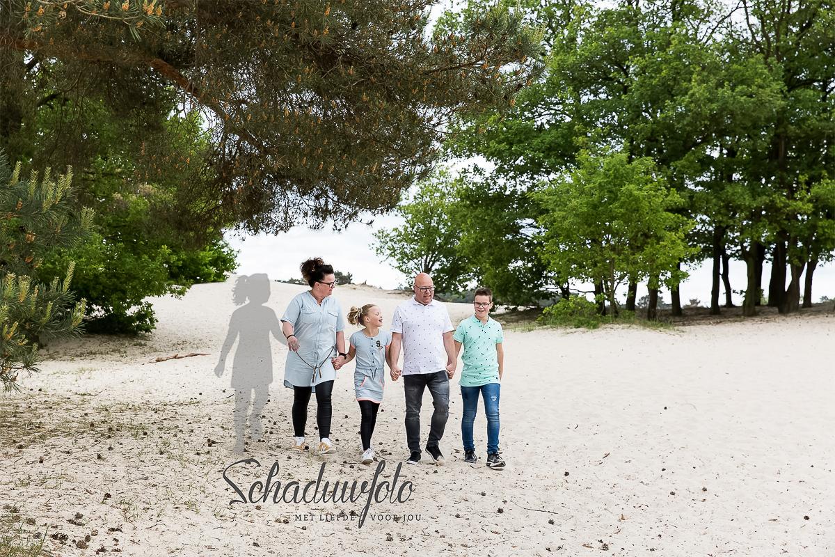 Fotosessie met schaduw van dochter door Dasja Dijkstra van Das Knuss Fotografie Schaduwfotografie Soesterduinen fotosessie gezin_01