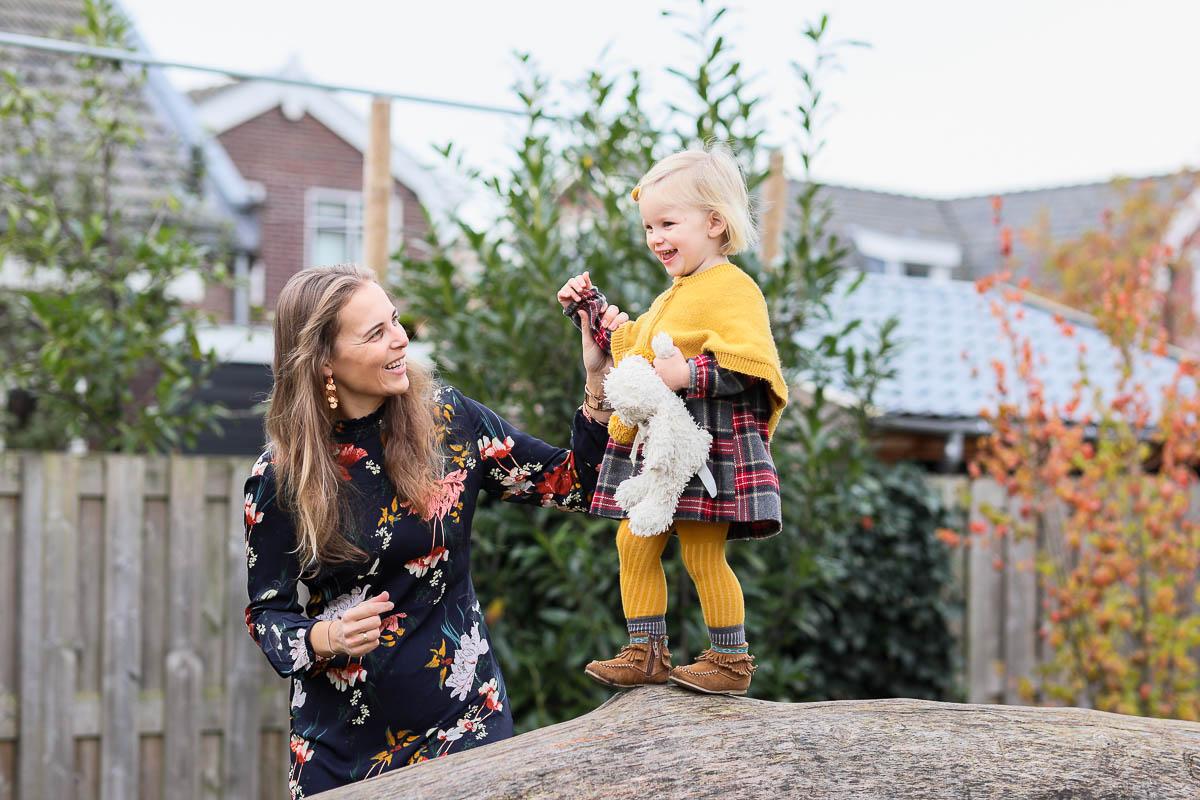 Fotosessie door Dasja Dijkstra van Das Knuss in de speeltuin in Waarder kinderfotograaf