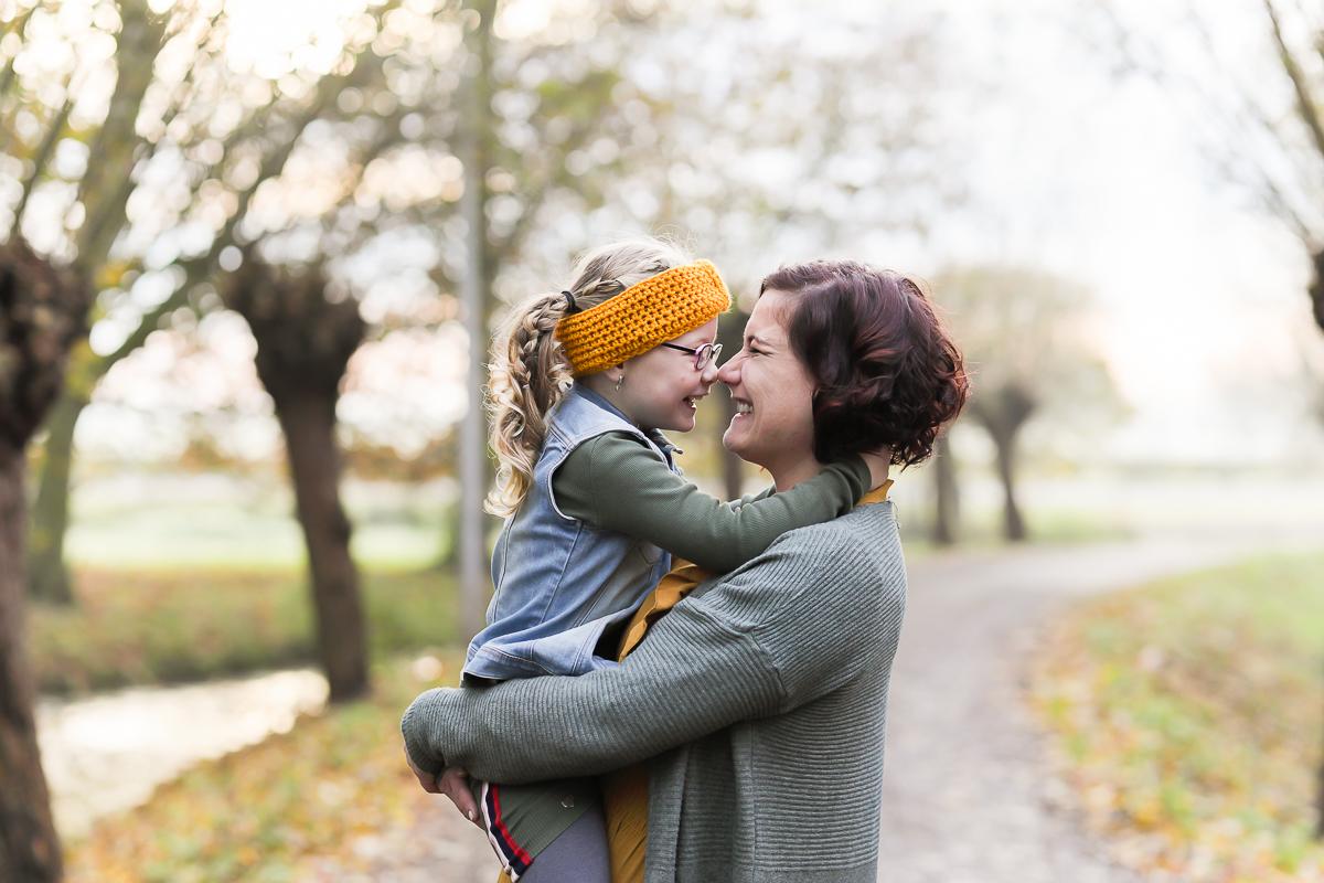 Fotosessie door Dasja Dijkstra van Das Knuss moeder en dochter samen Westeinde Waarder liefde